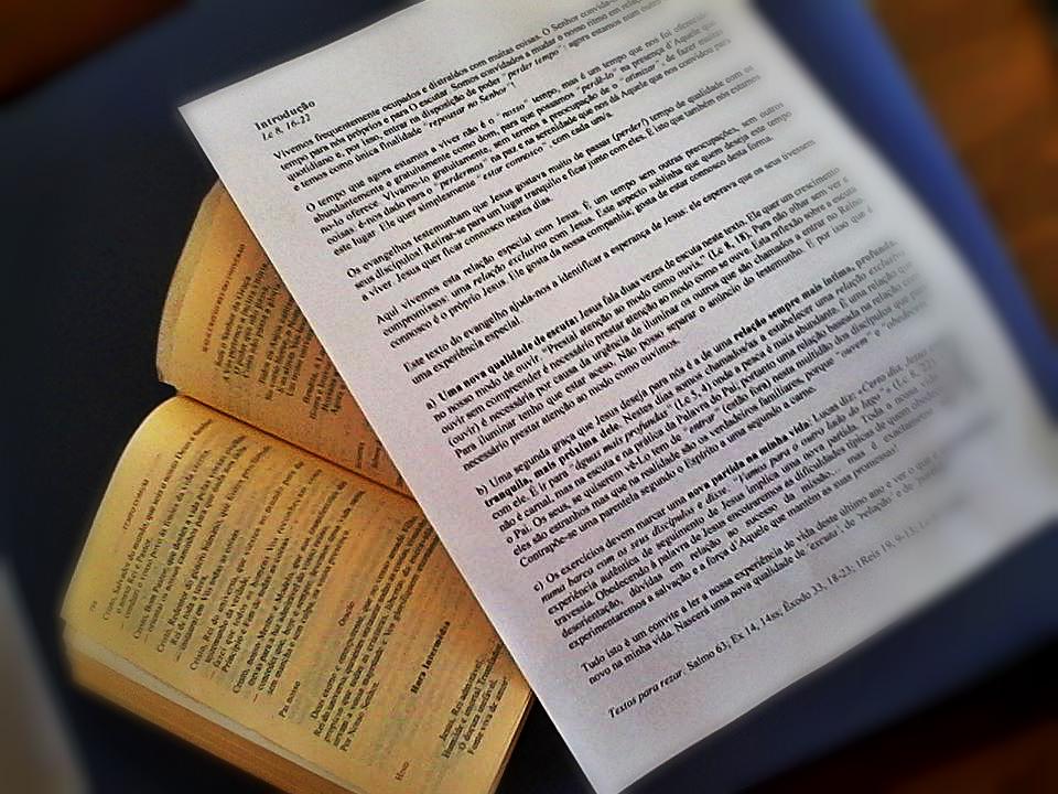 """El silencio es un don de Dios, un don capaz de dar mucho fruto a los que se atreven a """"perder"""" tiempo para ganar calidad de vida, una vida plena que sólo Jesús puede darnos. Todavía estoy saboreando todo lo que escuché, medité y sentí en el retiro de Cuaresma organizado por los Laicos Misioneros Combonianos y orientado por el Padre Horácio Rossas, MCCJ. Como hemos mencionado anteriormente, este tiempo de Cuaresma y, en particular, el tiempo que estuvimos en el retiro, es un tiempo que Dios nos ha regalado para """"perder"""" tiempo con Jesús. Pero en el fondo, quien quiso pasar tiempo con nosotros fue el mismo Jesús. Es increíble, ¿no? Jesús quiso pasar tiempo conmigo y con todo el que se atrevió a salir a su encuentro. Alguien tan importante como Jesús, alguien que es Dios, no sólo quieren saber de mí y quiere estar conmigo, ¡es él quien quiere pasar tiempo conmigo! Se nos invitó a reflexionar sobre varios pasajes bíblicos que nos propusieron. ¡Fue intenso! ¡Fue emocionante! Como ya he mencionado, ¡la vida espiritual necesita momentos de gran silencio exterior y gran trabajo interior! Y este retiro fue muy fértil en momentos de reflexión, en momentos de encuentro personal con Dios y en momentos donde sentir Su amor puro, de una manera tan grande, como aquel momento en que dejó nuestro corazón limpio, después de que el sacramento de la reconciliación. Nada es por casualidad y seguro de que no fue un accidente empezar escuchando al comienzo del retiro, las palabras del Salmo 63: """"¡Oh Dios, tu eres mi Dios mío! ¡desde el amanecer ya te estoy buscando! Mi alma tiene sed de ti"""". Recuerdo como reflexionamos sobre nuestra insistencia en querer hacerlo todo por nosotros mismos. ¡Los discípulos echaron sus redes y no pescaron nada! Pero cuando Jesús aparece... Ah, cuando Jesús aparece, ¡todo cambia! Después de todo, ¡es Él que hace todo posible en nuestras vidas! Qué bueno es entender que todos mis miedos, mis inseguridades, todos los obstáculos pueden ser superados si confío en """